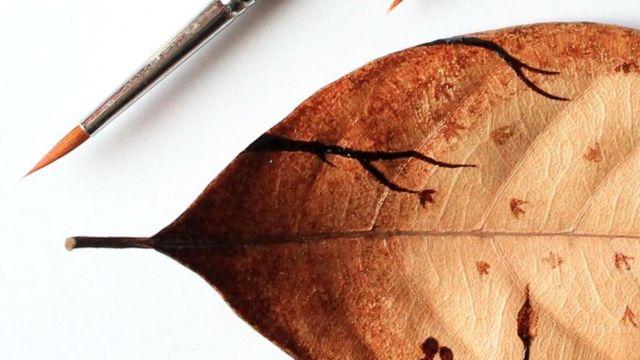 Индонезийский художник Гидак аль-Низар использует кофейную гущу для создания изящных рисунков на листьях, керамике и меламине