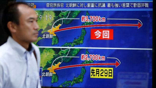 На этом снимке показана разница в маршрутах и длине полетов ракеты, запущенной в августе и две недели спустя