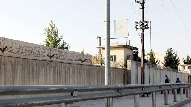 高い壁に鉄条網が張り巡らされたアメリカン大学。8月8日撮影。