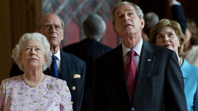 George iyo Laura Bush oo la taagan Amiir Philip iyo Boqoradda Elizabeth II xilli ay booqdeen 2008-ddii.
