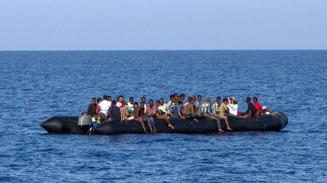 Migrantes en las costas italianas, en el Mediterráneo.