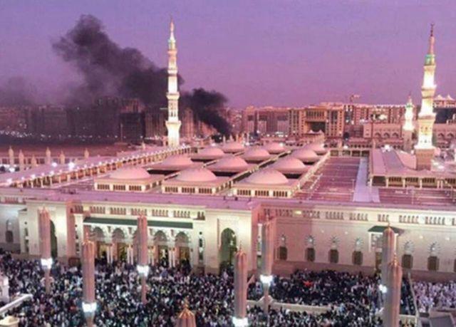 「預言者のモスク」の後ろから黒煙が上がった