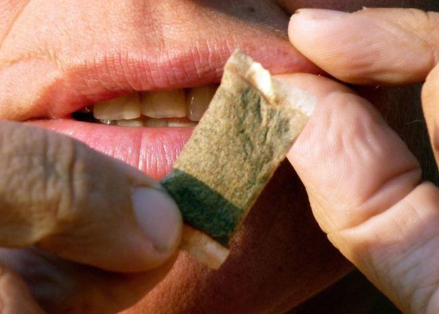 Snus, istifadəçinin dodağının altına qoyulan yaşlanmış tütündür.