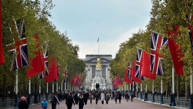 英中国旗が飾られたロンドン中心部の「ザ・マル」