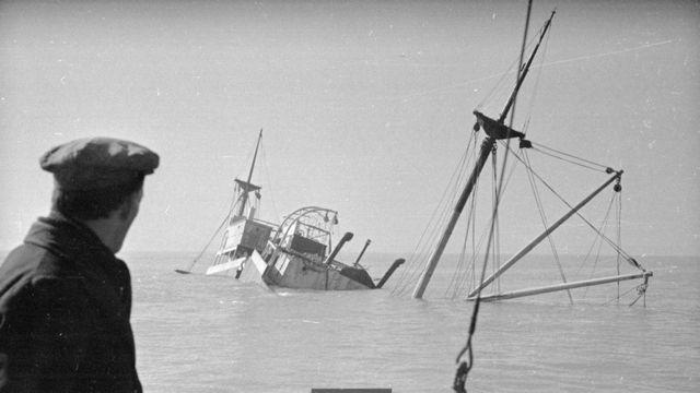 1948年的照片显示了一艘在古德温暗沙搁浅的船