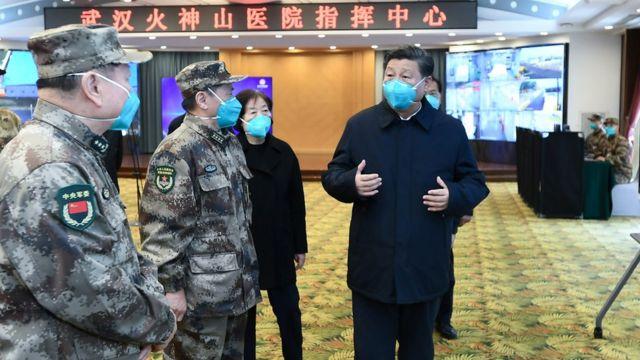 Xi Jinping habla con empleados en un hospital de Wuhan.