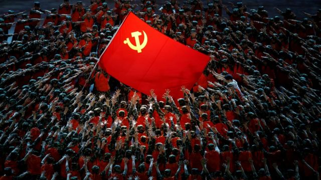 北京鸟巢中国共产党成立100周年纪念文艺晚会上上百名身穿军队救援工作服的舞蹈员做出支撑党旗姿势(28/6/2021)