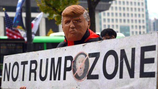 7일 서울 광화문 미국 대사관 앞에서 열린 트럼프 대통령의 방한 반대시위 참가자가 '노 트럼프 존'이 적힌 푯말을 들고 있다.