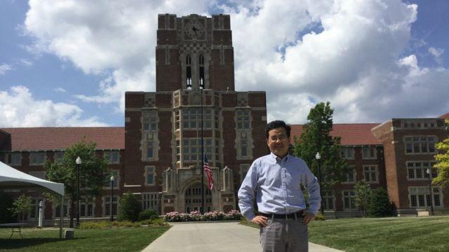 胡安明在田纳西大学教学楼前(photo:BBC)