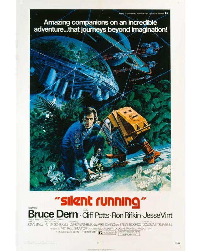 En la película de ciencia ficción postapocalíptica, Dern reprograma sus robots de servicio de nave espacial para cultivar árboles y jugar al póquer.