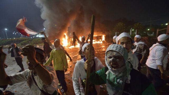 Unjuk rasa yang berlangsung cukup tertib, mulai menjadi rusuh saat memasuki malam.
