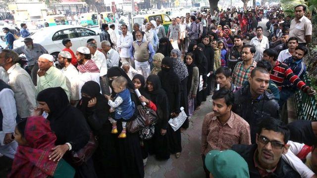 बैंक एटीएम के बाहर लगी कतारों में खड़े लोग.