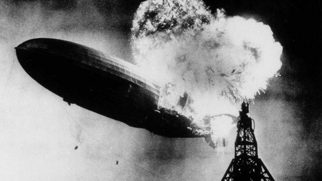 """Авария немецкого дирижабля """"Гинденбург"""" 6 мая 1937 года в американском городе Лейкхерст. Этот снимок стал основой для обложки первого альбома Led Zeppelin"""