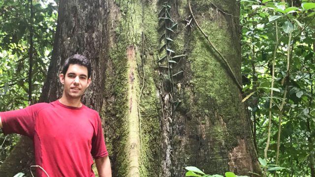 Chris Chandler junto al tronco de Menara