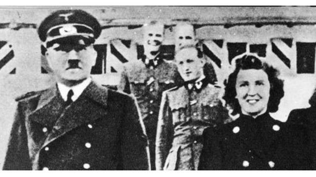 ১৯৪৫ সালের ২৯শে এপ্রিল এডলফ হিটলার এবং ইভা ব্রাউন