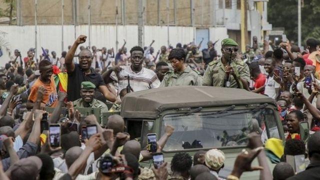 هلّلت الحشود للجنود المتمردين عند وصولهم إلى العاصمة باماكو.
