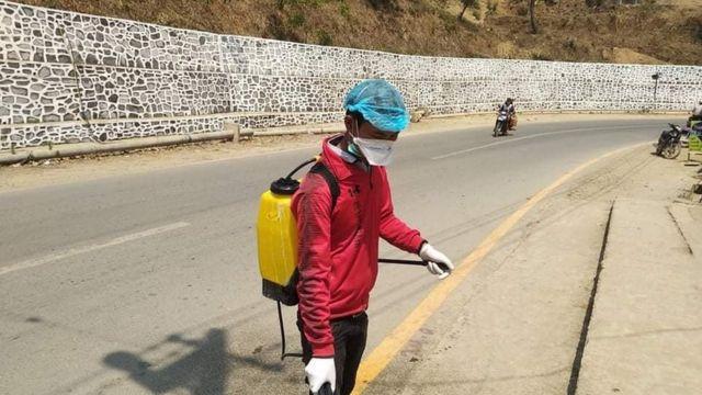 တီးတိန်မြို့ထဲမှာရောဂါကာကွယ်ရေးပိုးသတ်ဆေးဆေးဖြန်းနေကြပါတယ်။