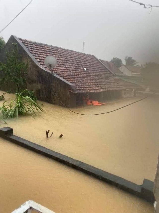 Cảnh mực nước lũ dâng cao lấp nhà ở Lệ Thủy, Quảng Bình hôm 18/10.
