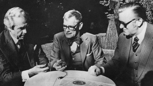 De izquierda a derecha: el cirujano cardíaco sueco Ake Senning (1915 - 2000), quien hizo la operación, Dr Rune Elmqvist (1906 - 1996), quien desarrolló la tecnología, y Arne H. W. Larsson, el destinatario original del marcapasos.