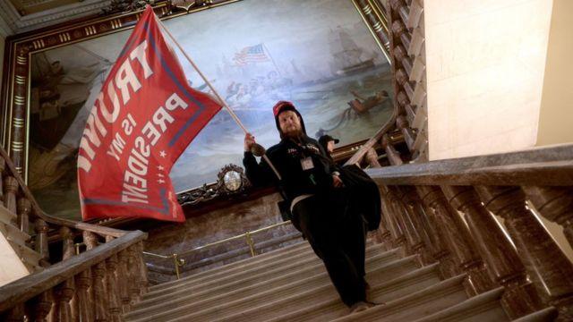 Apoiadores de Trump invadiram o Capitol enquanto as sessões eram realizadas para certificar votos para Joe Biden