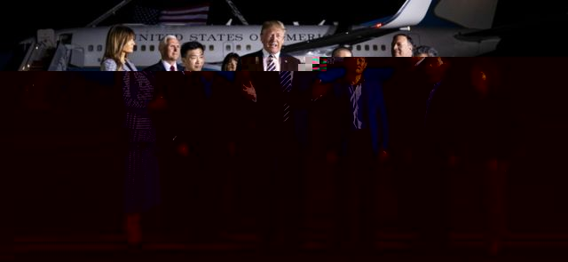 US President Donald Trump with US prisoners released by North Korea (10 May 2018)