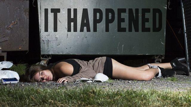Mujer tirada en el piso con la ropa interior a los tobillos