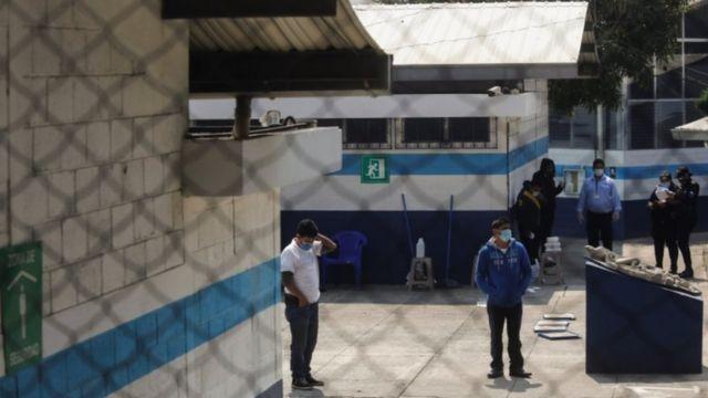 Migrantes guatemaltecos pasan la cuarentena en un albergue.