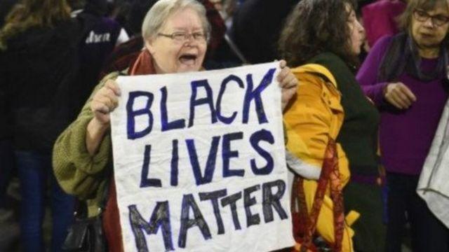 Il est reproché aux basketteuses d'avoir porté des t-shirts sur lesquels il était inscrit #BlackLivesMatter.