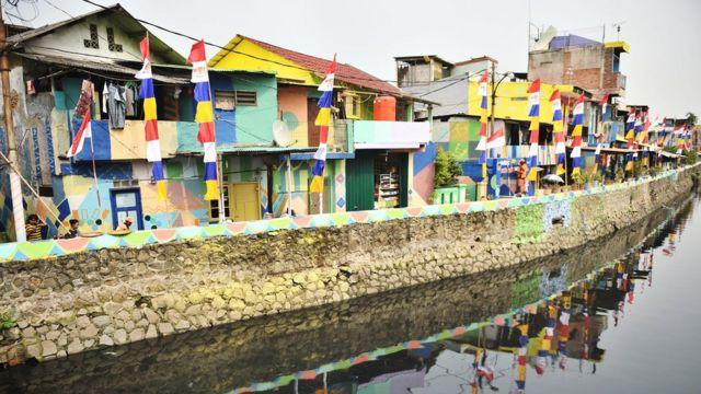Suasana Kampung Delta yang sedang dicat dengan nuansa Asian Games di kawasan Kemayoran, Jakarta, Jumat (13/7).