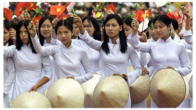 Nữ sinh Việt Nam trong một cuộc diễu hành