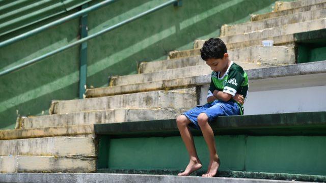 Gənc oğlan qəzaya uğrayan komandanın xatirəsini stadionda oturaraq anır