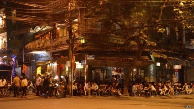คนนั่งบนทางเท้าในเวียดนาม