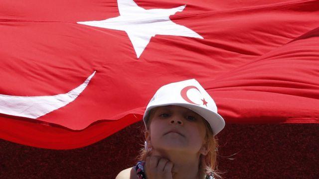 Niña con la bandera turca