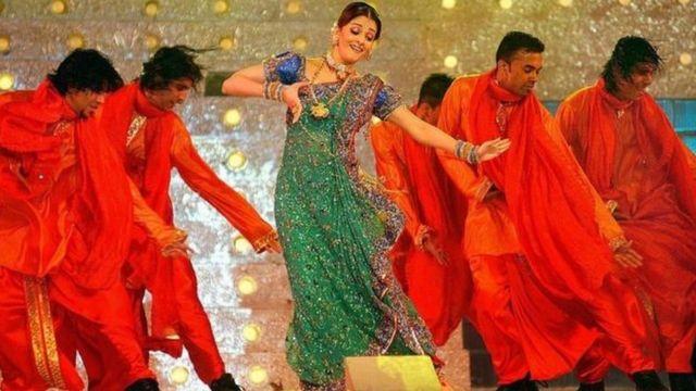 একটি অনুষ্ঠানে নাচছেন ভারতের জনপ্রিয় চলচ্চিত্র তারকা ঐশ্বরিয়া রাই বচ্চন
