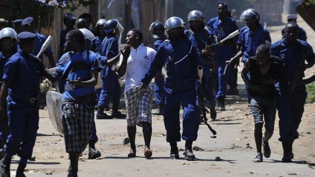 Arrestation de protestataires par la police burundaise anti-émeute lors d'une manifestation contre la candidature du président pour un troisième mandat. Musaga, banlieue de Bujumbura, 28 avril 2015.