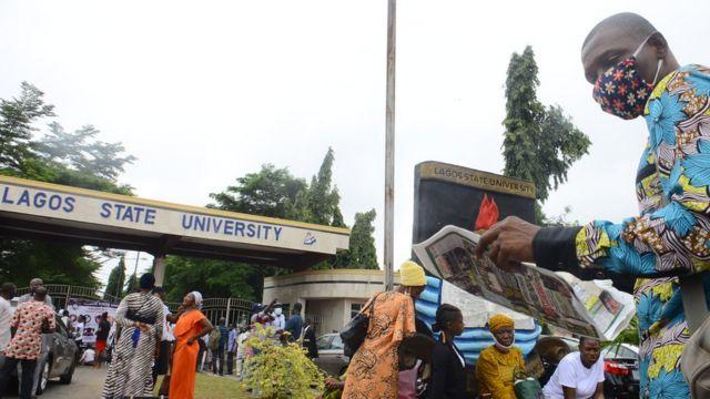 Étudiants devant la porte de l'Université de Lagos  -  120296177 gettyimages 1228521174 - Emigration : des étudiants nigérians accumulent les diplômes pour rester en Europe
