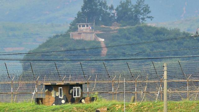 韓国・坡州市の国境警備兵と、北朝鮮側の監視塔(2015年8月)