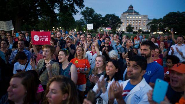 日が落ちるなか、議事堂前で民主党議員の座り込みを応援する人々(22日)