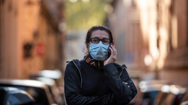 Mujer hablando por teléfono en Roma.