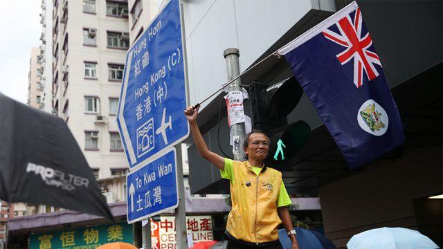 香港九龍參與「光復紅土」遊行一名年長男子揮舞舊英屬香港旗幟(17/8/2019)