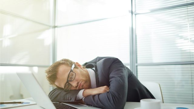 Человек, спящий за столом