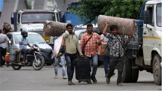 जम्मू-कश्मीर में काम करने वाले मज़दूर वापस लौट रहे हैं