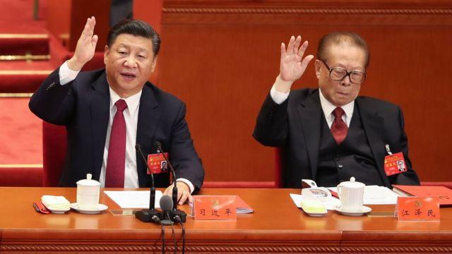 Presidente chino Xi Jinping junto al expresidente Jiang Zemin