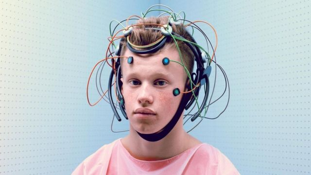 Un joven con electrodos conectados a la cabeza