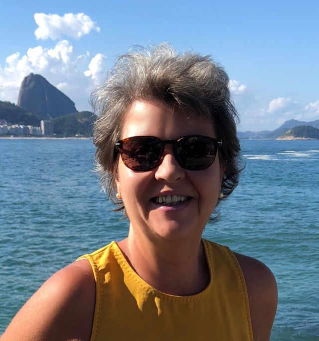Bióloga Ana Tereza Ribeiro de Vasconcelos em foto com o pão de açúcar ao fundo