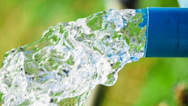 Agua de una tubería