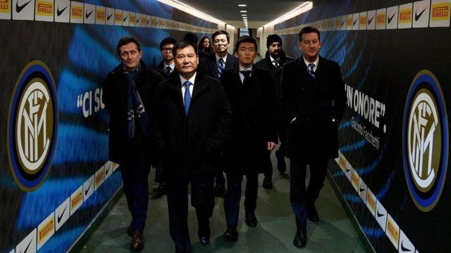 苏宁集团董事长张近东(最前者)在2016年作为球队老板出现在国际米兰俱乐部。