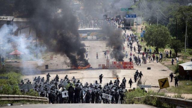 オアハカとメキシコシティとつなぐ道路はデモ参加者によって何日も封鎖されている