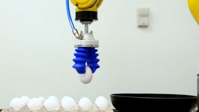 Robô da Soft Robotics pegando um ovo