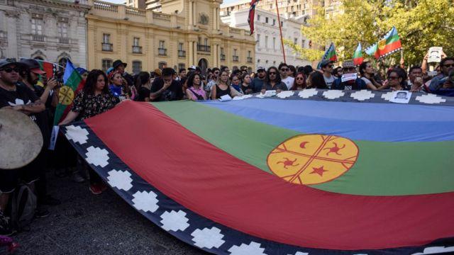Bandera mapuche durante una protesta en noviembre de 2019.